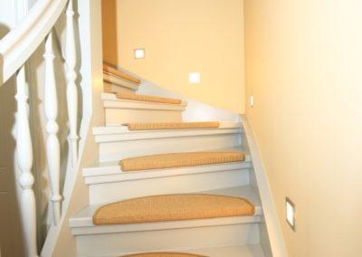 Der beleuchtete Treppenaufgang der Maisonettewohnung