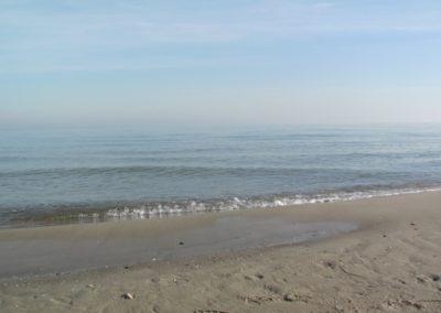 Der feinsandige Badestrand in Lobbe und ein endloser Horizont.