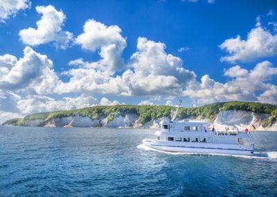 Erleben Sie eine Bootsfahrt entlang den weltberühmten Kreidefelsen.