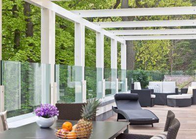 Die große Dachterrasse mit Gartenmöbel