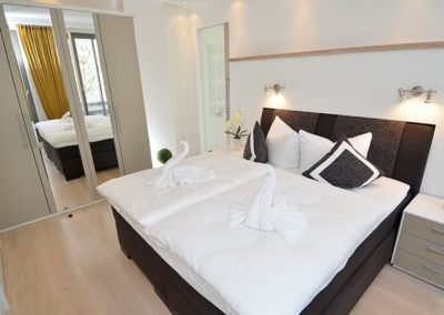 Eines der Schlafzimmer mit Doppelbett