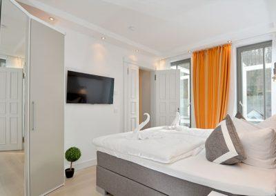 Ein eigener Flachbildschirm ist im Schlafzimmer vorhanden.