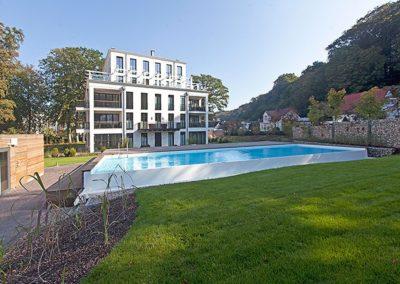 Der große Garten mit Swimmingpool für unsere Gäste.