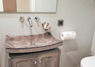 Edle Waschschale und hochwertige Armaturen befinden sich auch 2. Bad