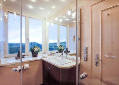 Ein zweites Badezimmer mit Dusche und Meerblick