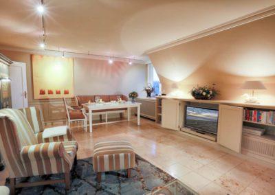 Der großzügige Wohnbereich mit integriertem Flatscreen
