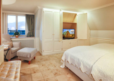 Ein weiterer Flachbildschirm steht im Schlafzimmer zur Verfügung.