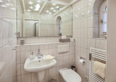 Im Erdgeschoss steht ein Tageslichtduschbad zur Verfügung.