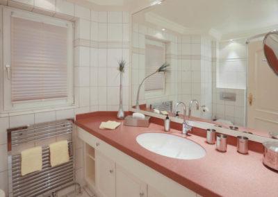 Ein 2. Badezimmer mit Dusche im Warftgeschoss