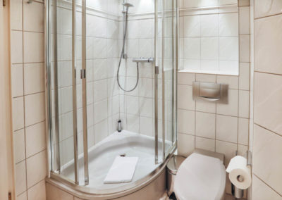 Die Dusche im Badezimmer im Warftgeschoss