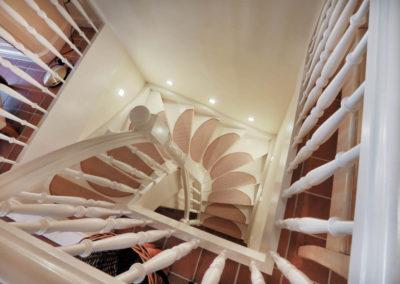 Gut beleuchtet sind auch die Treppenstufen der Maisonettewohnung