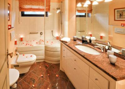 Das edle Granitbad mit Badewanne und Dusche