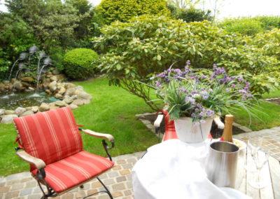 Der idyllische Garten mit Springbrunnen