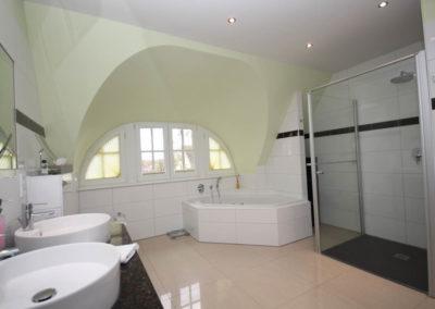 Viel Platz bietet auch das Badezimmer im Obergeschoss mit Whirlpool & Dusche.