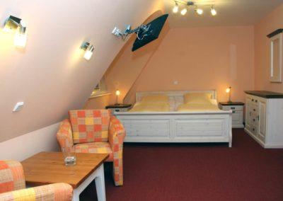 Ein weiteres Schlafzimmer mit Doppelbett und Flatscreen im Obergeschoss.