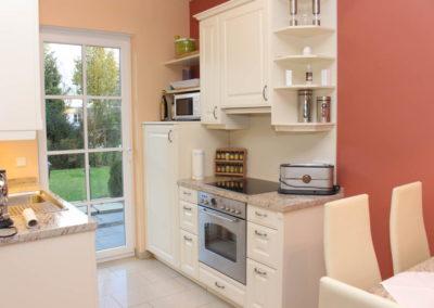 Die Küchenzeile im separaten Haustrackt.