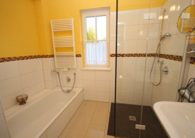 Die Badewanne mit bequemer Einstiegshöhe & Dusche im Erdgeschoss.