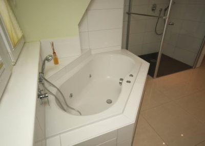 Entspannung garantiert der Whirlpool im Masterbathroom.