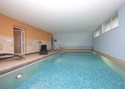Entspannung für die Sinne im 28 Grad warmen Indoorpool mit Gegenstromanlage.