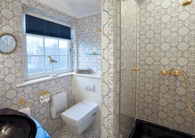Das Duschbad mit originellen Fliesen und hochwertigen Sanitärobjekten.
