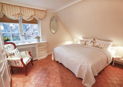 Ein Schlafzimmer mit großem Doppelbett...