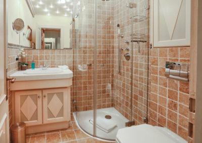 Das edle Duschbad mit Handtuchheizkörper und hochwertigen Sanitärobjekten.