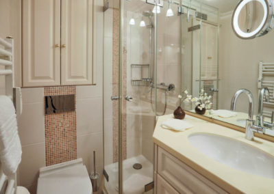 Klein, aber fein ist das moderne Duschbad mit hochwertigen Materialien.