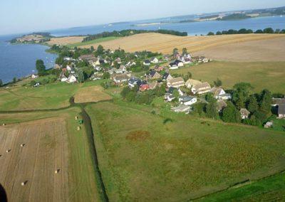 Luftaufnahme mit dem Ferienhaus Feuerstein (links neben dem roten Haus).