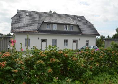 Vorderansicht der Haushälfte Feuerstein und Findling in Alt Reddevitz.