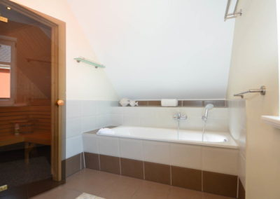 Entspannen Sie wahlweise in der Badewanne oder Sauna.