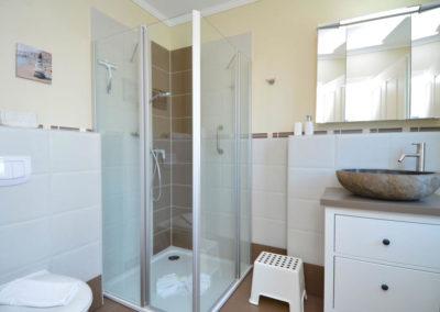 Das Bad im Erdgeschoss mit extravaganter Waschschale.