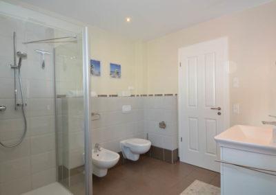 Das Bad im OG mit Dusche, Badewanne, Sauna, WC und Bidet.