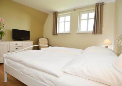 Das zweite Schlafzimmer im Obergeschoss mit Doppelbett.