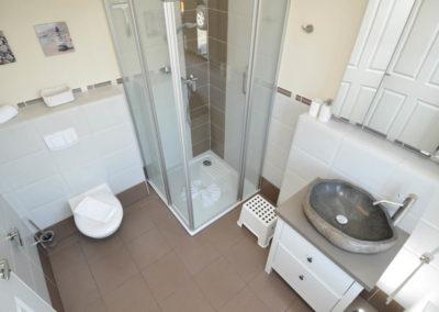 Modernes Duschbad mit einer 1 x 1 Meter großen Duschtasse.