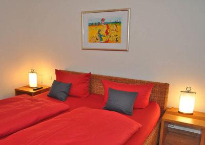 Eines von zwei Schlafzimmern mit Doppelbett und Flachbildschirm.