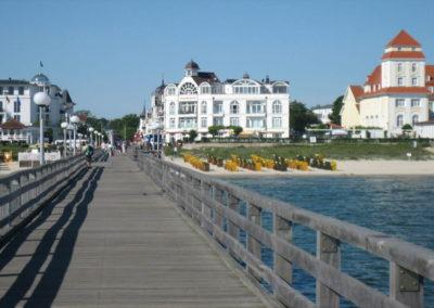 Blick von der Seebrücke auf das Strandschloss in Binz.