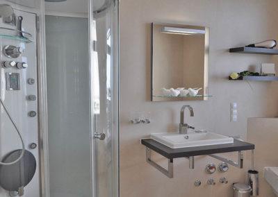 Auch ein Duschtempel lädt im Bad zum relaxen ein.