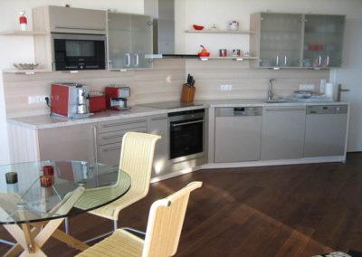 Die moderne Küche mit hochwertigen Elektrogeräten.