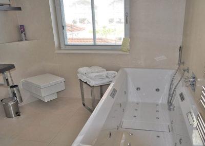Das Bad mit Whirlpool ist eine wahre Wellnessoase.