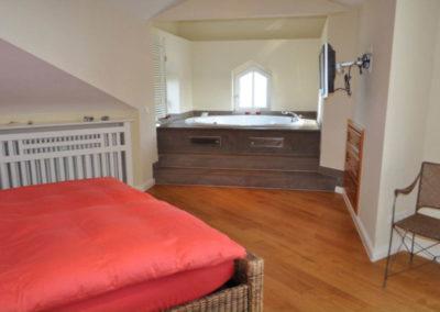 Das Schlafzimmer mit Whirlpool und Bad en suite.