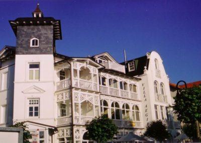 Die Villa aus der Jahrhundertwende in klassischer Bäderarchitektur.