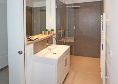 Einblick in eines der beiden Badezimmer.