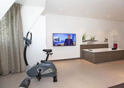 Auch ein Fahrrad und ein Flatscreen stehen im Wellnessbereich zur Verfügung.