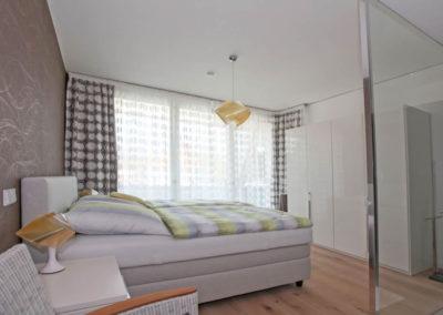 Eines von zwei Schlafzimmern mit Badezimmer en suite und Balkon.