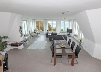 Viel Platz und einen spektakulären Meerblick ermöglicht das Wohnzimmer.