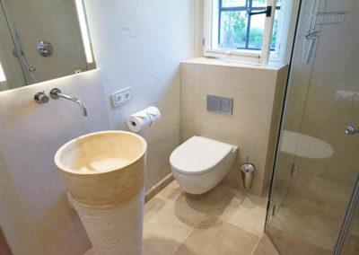 Das zweite Badezimmer mit edlen Sanitärobjekten.