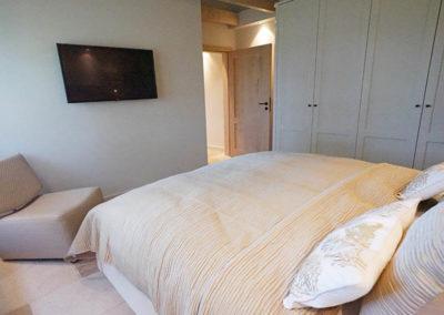 Ein weiterer Flachbildschirm ist im Schlafzimmer vorhanden.
