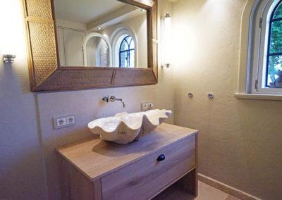 Eine 1600 Jahre alte Muschel dient als Waschschale.