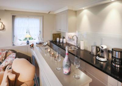 Die Küchenzeile ist offen in den Wohnbereich integriert.