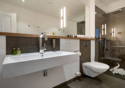 Das Badezimmer bietet viel Platz und Abstellfläche.